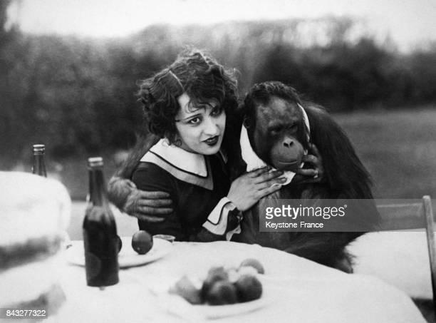 L'ancienne actrice Estelle Taylor épouse du boxeur Jack Dempsey pose avec son chimpanzé dans le jardin de leur propriété à Los Angeles en Californie...