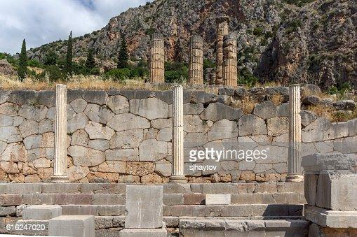 Ancient Columns in Greek archaeological site of Delphi, Greece : Foto de stock