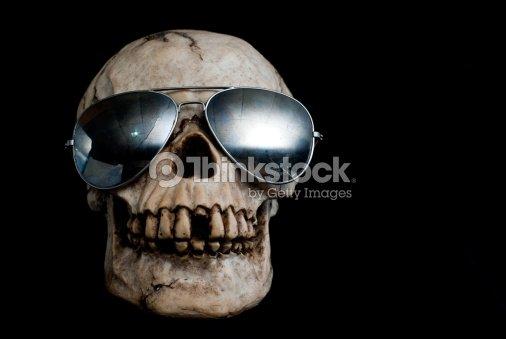 Antigo Crânio Humano Com óculos De Sol Foto de stock   Thinkstock e44625f63e