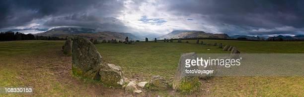Antique stone circle les spectaculaires montagnes Fonds de nuage Castlerigg Lake District, Royaume-Uni