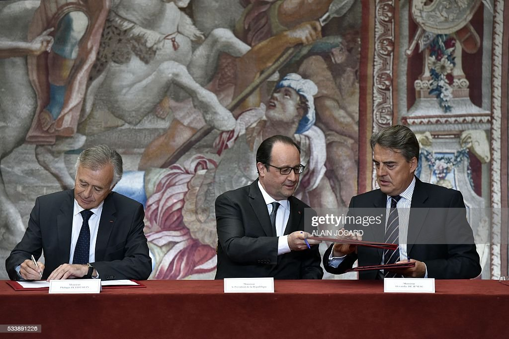CEO and Director of French aerospace engineering company Safran, Philippe Petitcolin, French President Francois Hollande and Air France Chairman and Chief Executive Officer Alexandre de Juniac, sign an agreement between Air France-KLM and Safran industries at the Elysee palace, on May 24, 2016, in Paris. / AFP / POOL / ALAIN