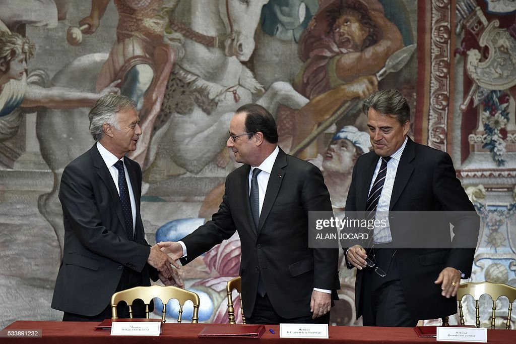 CEO and Director of French aerospace engineering company Safran, Philippe Petitcolin, French President Francois Hollande and Air France Chairman and Chief Executive Officer Alexandre de Juniac, shake hands after signing an agreement between Air France-KLM and Safran industries at the Elysee palace, on May 24, 2016, in Paris. / AFP / POOL / ALAIN