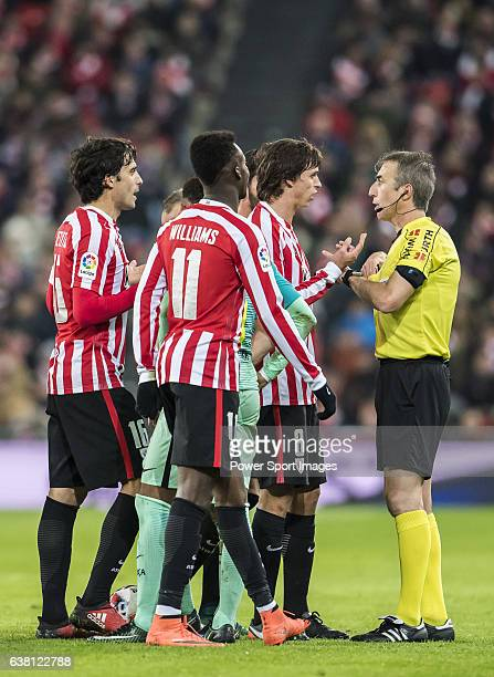 Ander Iturraspe Derteano of Athletic Club and teammates argue with referee David Fernandez Borbalan during their Copa del Rey Round of 16 first leg...