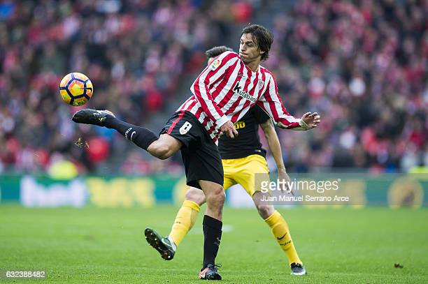 Ander Iturraspe of Athletic Club controls the ball during the La Liga match between Athletic Club Bilbao and Atletico Madrid at San Mames Stadium on...