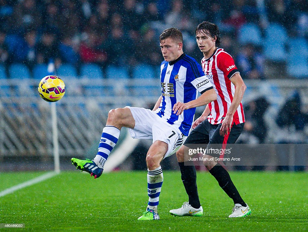 <a gi-track='captionPersonalityLinkClicked' href=/galleries/search?phrase=Ander+Iturraspe&family=editorial&specificpeople=6331918 ng-click='$event.stopPropagation()'>Ander Iturraspe</a> of Athletic Club duels for the ball with Alfred Finnbogason of Real Sociedad during the La Liga match between Real Sociedad and Athletic Club at Estadio Anoeta on December 14, 2014 in San Sebastian, Spain.