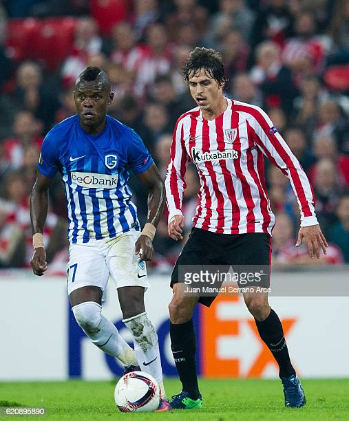 Ander Iturraspe of Athletic Club duels for the ball with Mbwana Samatta of KRC Genk during the UEFA Europa League match between Athletic Club and KRC...
