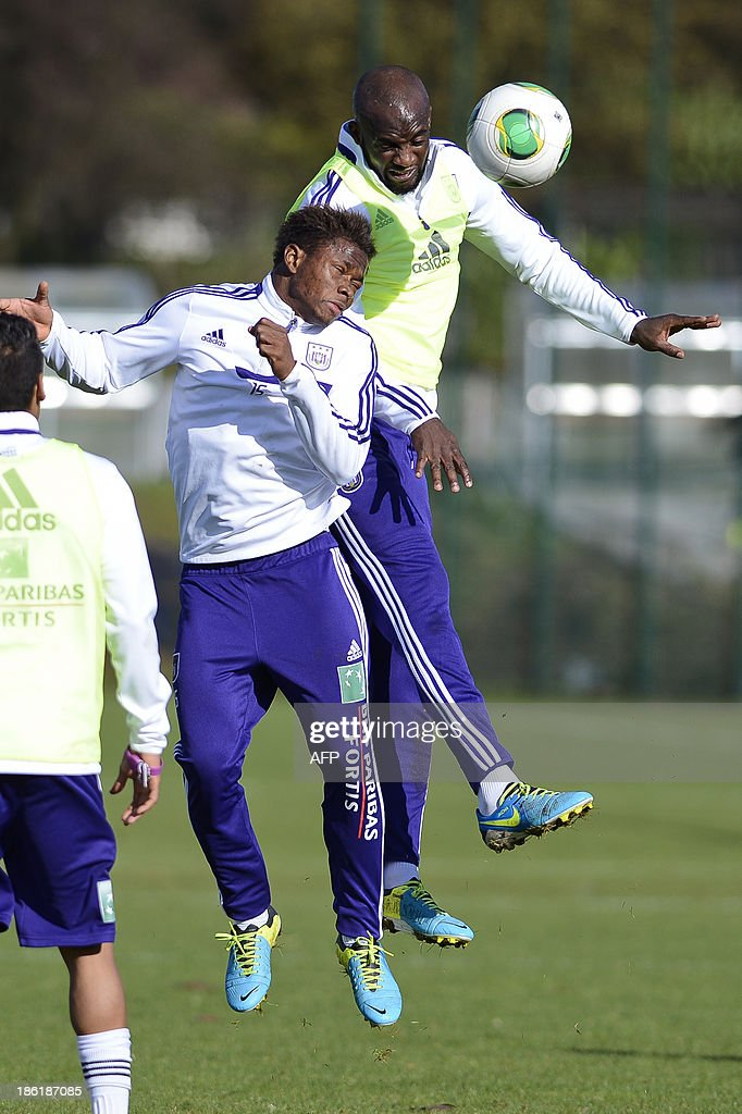 Anderlecht's Zoro Cyriac Gohi Bi (L) challenges Malian midfielder Mohamed Sissoko during an open training session in Brussels on October 29, 2013. Sissoko is training with Anderlecht for the first time and might be signed by the Belgian club. AFP PHOTO/BELGA/LAURIE DIEFFEMBACQ
