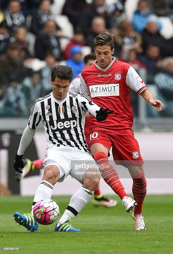 Anderson Hernanes (L) of Juventus FC in action against Simone Verdi of Carpi FC during the Serie A match between Juventus FC and Carpi FC at Juventus Arena on May 1, 2016 in Turin, Italy.