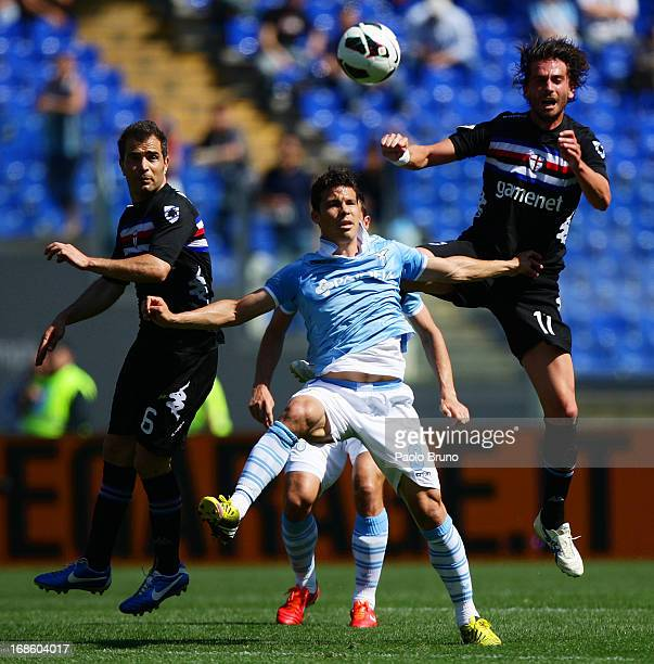 Anderson Hernanes of SS Lazio competes for the ball with Enzo Maresca and Gianni Munari of UC Sampdoria during the Serie A match between SS Lazio and...
