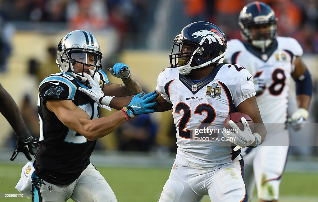 C.J. Anderson (R) of the Denver Broncos attempts to fend off Cortland Finnegan (L) of the Carolina Panthers during Super Bowl 50 between the Carolina Panthers and the Denver Broncos at Levi's Stadium in Santa Clara, California February 7, 2016. / AFP / TIMOTHY A. CLARY