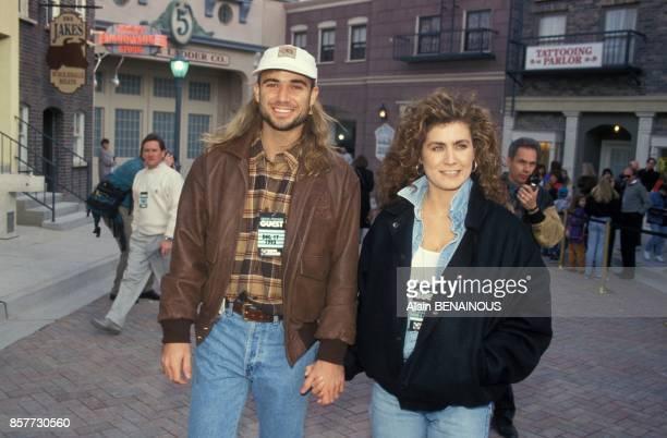 Andre agassi et son amie Wendi Stewart se promenent main dans la main le 19 decembre 1993 a Las Vegas EtatsUnis