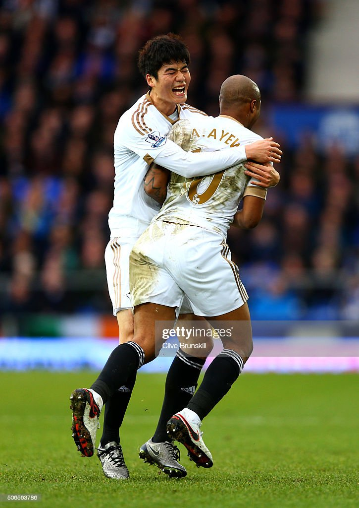 Andre Ayew of Swansea City celebrates with team-mate Ki Sung-Yeung after scoring his team's second goal during the Barclays Premier League match between Everton and Swansea City at Goodison Park on January 24, 2016 in Liverpool, England.
