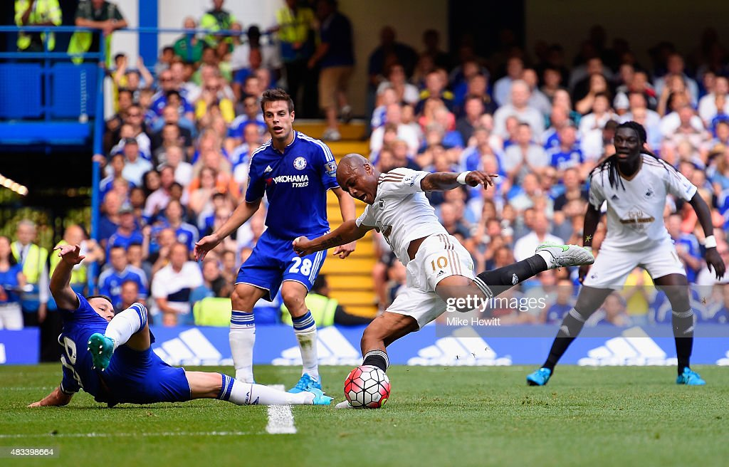 Andre Ayew of Swansea City scores his team's first goal during the Barclays Premier League match between Chelsea and Swansea City at Stamford Bridge on August 8, 2015 in London, England.
