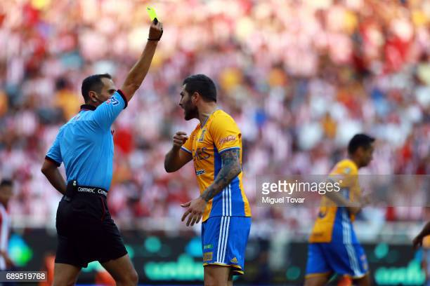Andre Gignac of Tigres argues with te referee during the Final second leg match between Chivas and Tigres UANL as part of the Torneo Clausura 2017...