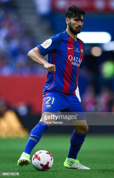 Andre Gomes of FC Barcelona runs with the ball during the Copa Del Rey Final between FC Barcelona and Deportivo Alaves at Vicente Calderon stadium on...