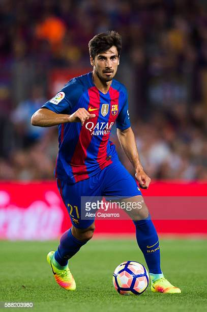 Andre Gomes of FC Barcelona runs with the ball during the Joan Gamper trophy match between FC Barcelona and UC Sampdoria at Camp Nou on August 10...