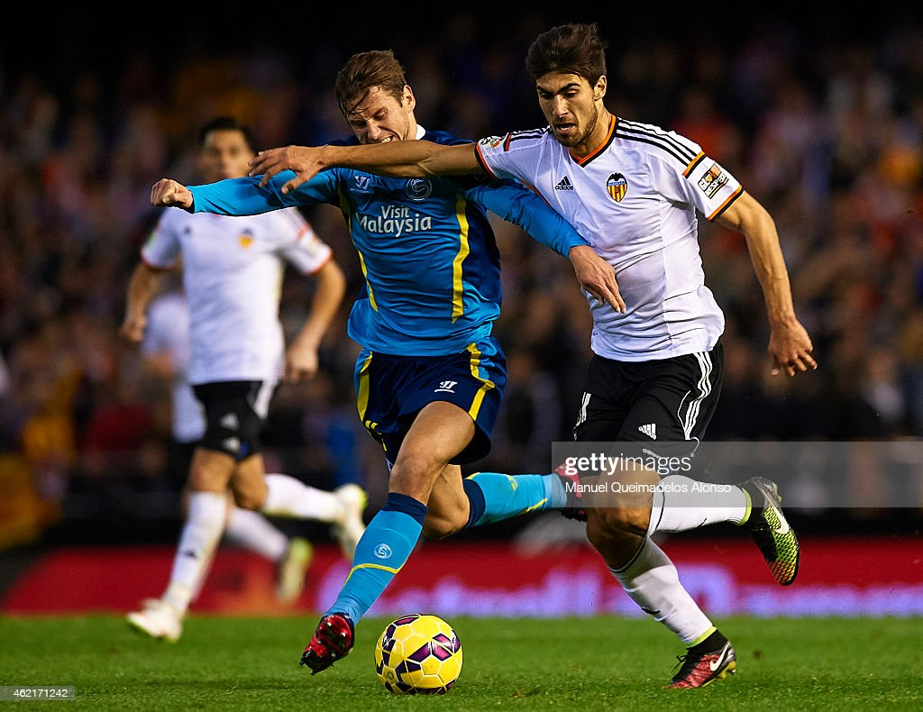 Andre Gomes (R) of Valencia competes for the ball with Grzegorz Krychowiak of Sevilla during the La Liga match between Valencia CF and Sevilla FC at Estadi de Mestalla on January 25, 2015 in Valencia, Spain.