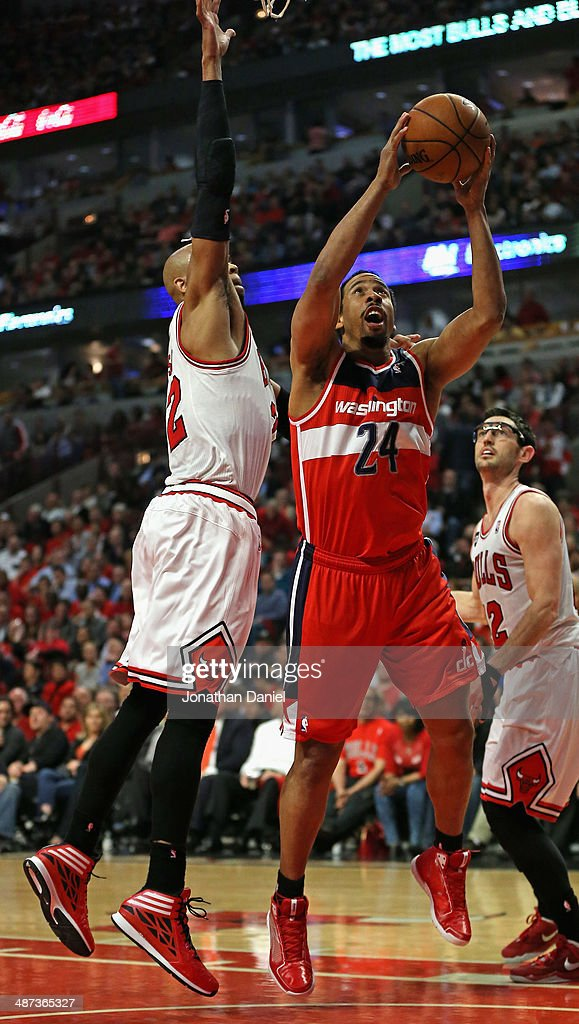 Andre Miller #24 of the Washington Wizards shoots between Taj Gibson #22 (L) and Kirk Hinrich #12 of the Chicago Bulls in Game Five of the Eastern Conference Quarterfinals during the 2014 NBA Playoffs at the United Center on April 29, 2014 in Chicago, Illinois.