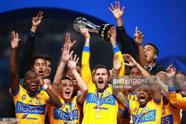 Andre Pierre Gignac of Tigres lifts the trophy with his teammates to celebrate after winning the second leg of the Torneo Apertura 2017 Liga MX final...