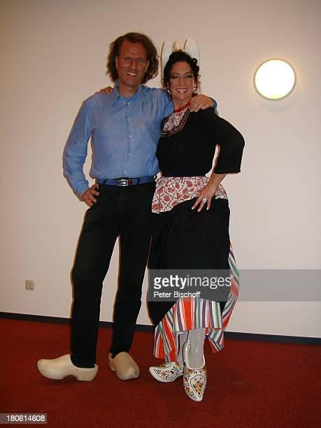 Andre Rieu Barbara Wussow ZDFMusikshow 'Zauber der MusikEin musikalischer Sommernachtstraum aus Maastricht' Holland Holzschuhe Klokjes Tracht