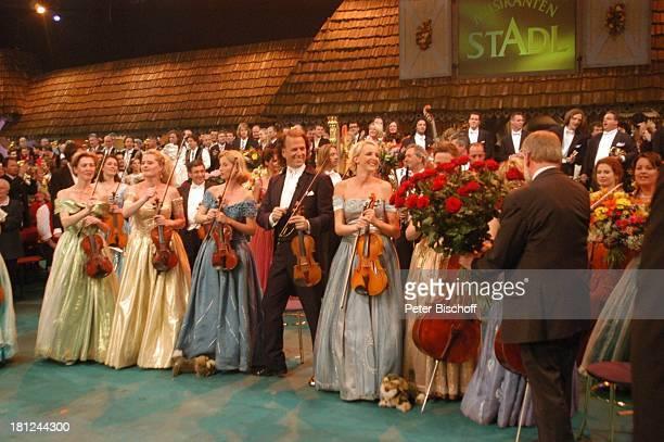 Andre Rieu Musiker und Musikerinnen des im Hintergrund Zuschauer Ludwig Angeli ARDMusikShow 'Musikantenstadl' Bremen 'Stadthalle' Bühne Schlussbild...