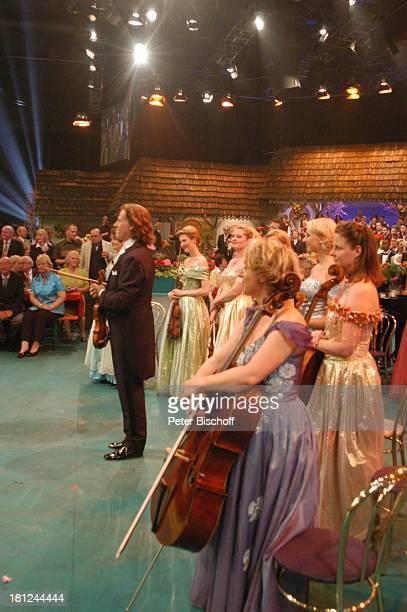 Andre Rieu Musiker und Musikerinnen des im Hintergrund Zuschauer ARDMusikShow 'Musikantenstadl' Bremen 'Stadthalle' Bühne Schlussbild Geige Violine...