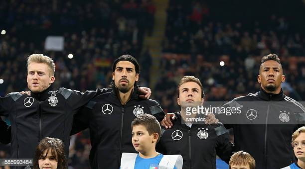 Andre Schürle Schuerle Deutschland Sami Khedira Deutschland Toni Kroos Deutschland und Jerome Boateng Deutschland singen die Hymne Fussball...