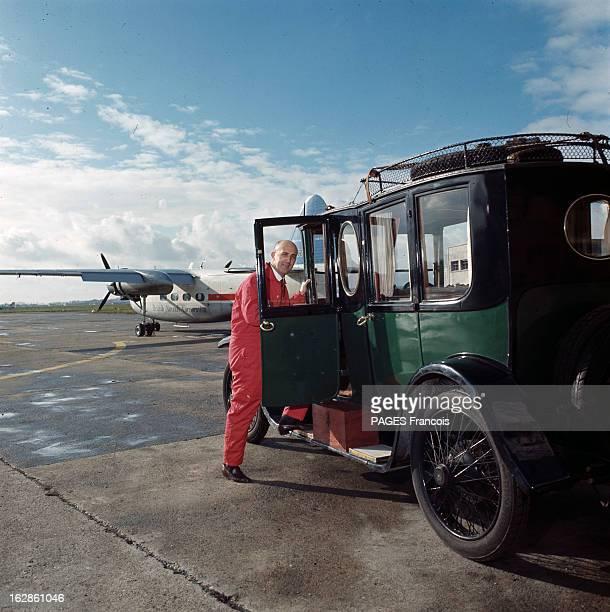 Andre Turcat Concorde Test Pilot En France en 1968 André TURCAT pilote d'essai de l'avion Concorde posant à coté d'une voiture de collection de...