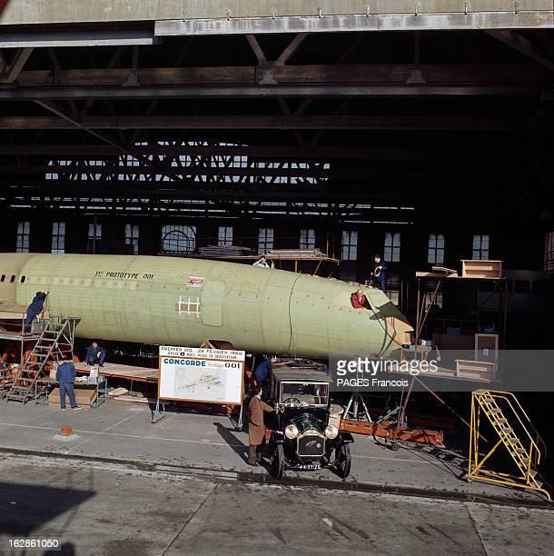Andre Turcat Concorde Test Pilot En France en 1968 André TURCAT pilote d'essai de l'avion Concorde posant à la fenêtre de l'avion à coté une voiture...