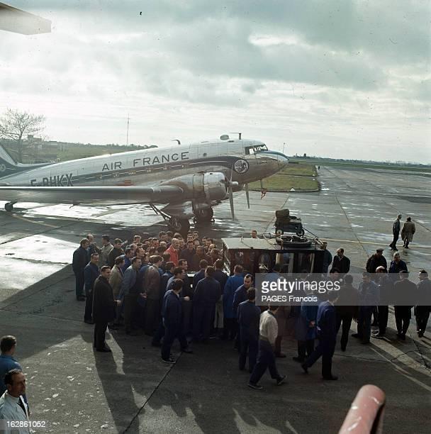 Andre Turcat Concorde Test Pilot En France en 1968 André TURCAT pilote d'essai de l'avion Concorde posant à coté d'une voiture de collection entouré...