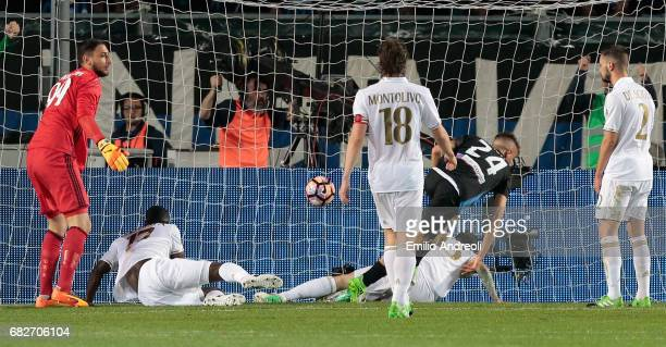 Andrea Conti of Atalanta BC scores the opening goal during the Serie A match between Atalanta BC and AC Milan at Stadio Atleti Azzurri d'Italia on...