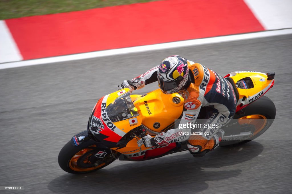 <a gi-track='captionPersonalityLinkClicked' href=/galleries/search?phrase=Andrea+Dovizioso&family=editorial&specificpeople=559970 ng-click='$event.stopPropagation()'>Andrea Dovizioso</a> of Italy and Repsol Honda Team rounds the bend during the free practice for the MotoGP of Malaysia at Sepang Circuit on October 21, 2011 in Kuala Lumpur, Malaysia.