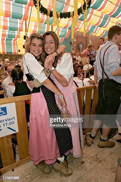 Andrea Schoeller Und Tochter Mimmi Bei 'Frühstück Bei Tiffany' In Der Schützenhalle Auf Dem Oktoberfest In München Am 180904