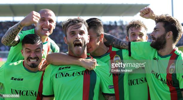 Andrea Signorini of Ternana Calcio celebrates his goal with his teammates during the Serie B match between US Cremonese and Ternana Calcio at Stadio...
