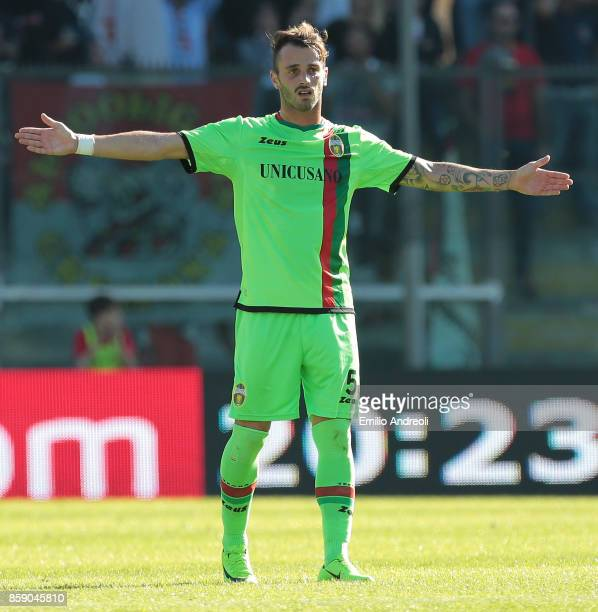 Andrea Signorini of Ternana Calcio gestures during the Serie B match between US Cremonese and Ternana Calcio at Stadio Giovanni Zini on October 8...
