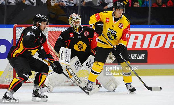 Andreas Driendl of Krefeld i front of Skellefteå målvakt 35 Markus Svensson during the Champions Hockey League group game bethween Skelleftea AIK and...