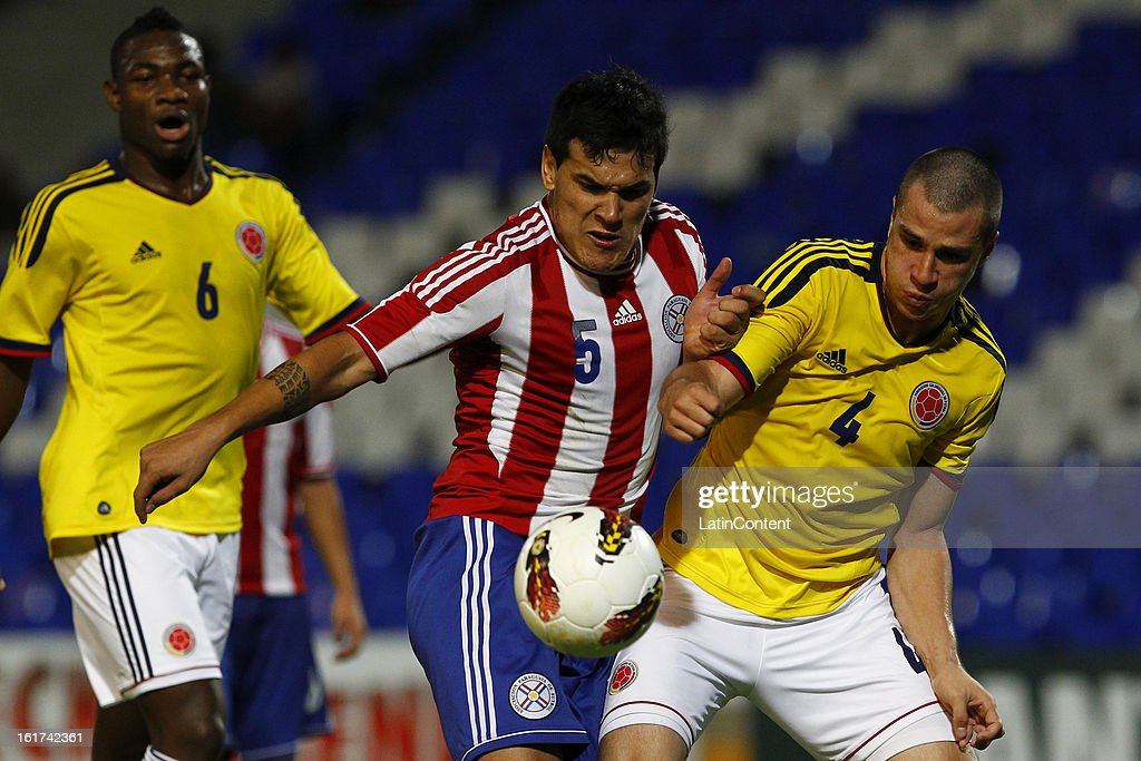 Andres Correa (R) of Colombia struggles for the ball with Gustavo Gomez (L) of Paraguay during a match between Colombia and Paraguay as part of the 2013 South American Youth Championship at Malvinas Argentinas Stadium on February 03, 2013 in Mendoza, Argentina.