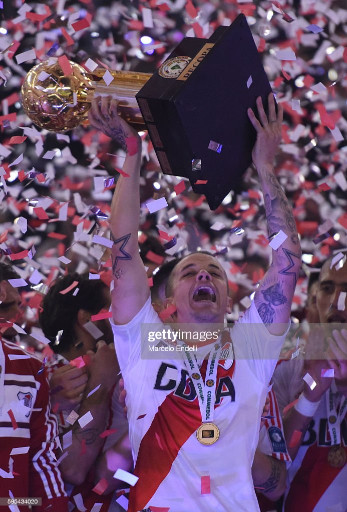 Andres D'Alessandro of River Plate lifts trophy after winning the Recopa Sudamericana 2016 during a secrates with ond leg match between River Plate...