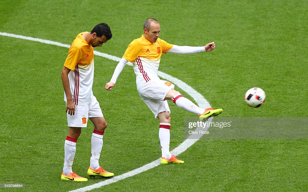 <a gi-track='captionPersonalityLinkClicked' href=/galleries/search?phrase=Andres+Iniesta&family=editorial&specificpeople=465707 ng-click='$event.stopPropagation()'>Andres Iniesta</a> (R) and <a gi-track='captionPersonalityLinkClicked' href=/galleries/search?phrase=Sergio+Busquets&family=editorial&specificpeople=5477015 ng-click='$event.stopPropagation()'>Sergio Busquets</a> (L) of Spain warm up prior to the UEFA EURO 2016 round of 16 match between Italy and Spain at Stade de France on June 27, 2016 in Paris, France.