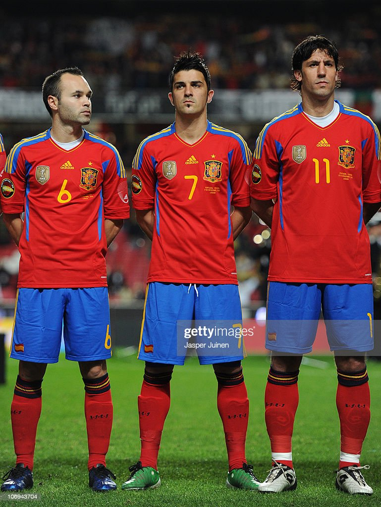 Hilo de la selección de España Andres-iniesta-david-villa-and-joan-capdevila-of-spain-look-on-prior-picture-id106943704