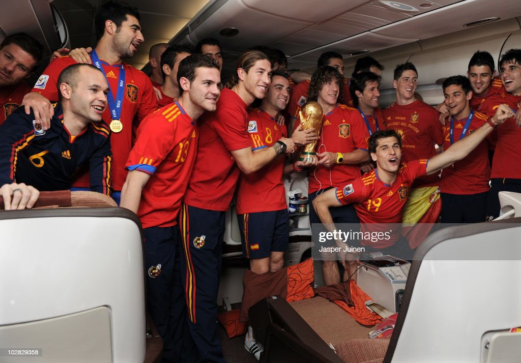 <a gi-track='captionPersonalityLinkClicked' href=/galleries/search?phrase=Andres+Iniesta&family=editorial&specificpeople=465707 ng-click='$event.stopPropagation()'>Andres Iniesta</a>, <a gi-track='captionPersonalityLinkClicked' href=/galleries/search?phrase=Raul+Albiol&family=editorial&specificpeople=206231 ng-click='$event.stopPropagation()'>Raul Albiol</a>, Juan Manuel Mata, Sergio Ramos, <a gi-track='captionPersonalityLinkClicked' href=/galleries/search?phrase=Xavi+Hernandez+-+Soccer+Player&family=editorial&specificpeople=2834438 ng-click='$event.stopPropagation()'>Xavi Hernandez</a>, <a gi-track='captionPersonalityLinkClicked' href=/galleries/search?phrase=Carles+Puyol&family=editorial&specificpeople=211383 ng-click='$event.stopPropagation()'>Carles Puyol</a>, <a gi-track='captionPersonalityLinkClicked' href=/galleries/search?phrase=Fernando+Llorente&family=editorial&specificpeople=2108120 ng-click='$event.stopPropagation()'>Fernando Llorente</a>, <a gi-track='captionPersonalityLinkClicked' href=/galleries/search?phrase=Fernando+Torres&family=editorial&specificpeople=194755 ng-click='$event.stopPropagation()'>Fernando Torres</a>, Jesus Navas and <a gi-track='captionPersonalityLinkClicked' href=/galleries/search?phrase=David+Villa&family=editorial&specificpeople=467566 ng-click='$event.stopPropagation()'>David Villa</a> of Spain celebrate with the World Cup trophy during the Spanish team's flight home on board a plane from Johannesburg to Madrid following their victory in the 2010 FIFA World Cup on July 12, 2010 in flight, Unspecified.