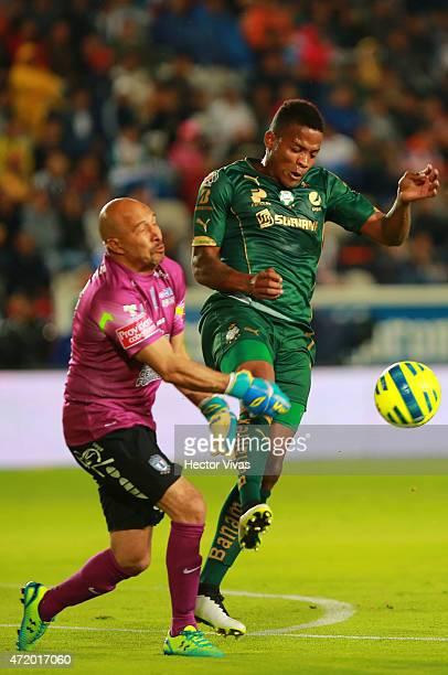 Andres Renteria of Santos Laguna struggles for the ball with Oscar Perez of Pachuca during a match between Pachuca and Santos Laguna as part of 16th...