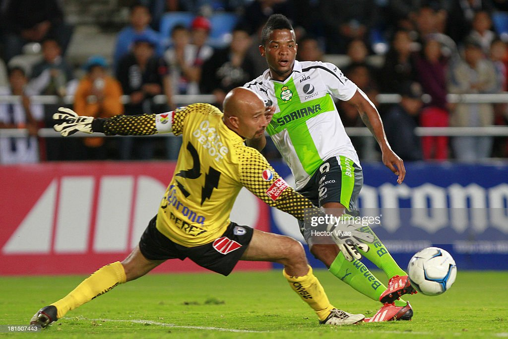 Andres Renteria of Santos struggles for the ball with Oscar Perez of Pachuca during a match between Pachuca and Santos as part of the Liga MX at Hidalgo stadium on September 21, 2013 in Pachuca, Mexico.
