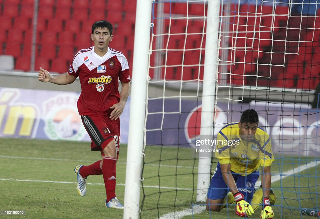 Andres Sanchez of Caracas FC and Alain Baroja, goalkeeper of Mineros de Guayana during a match between AC Mineros de Guayana and Caracas FC as part of the Apertura 2013 at Cachamay Stadium on October 5, 2013 in Puerto Ordaz, Venezuela.
