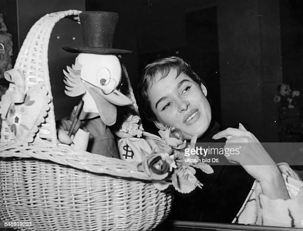 Andress Ursula *Schauspielerin Schweiz mit einer Dagobert Duck Figur in einem Korb 1956