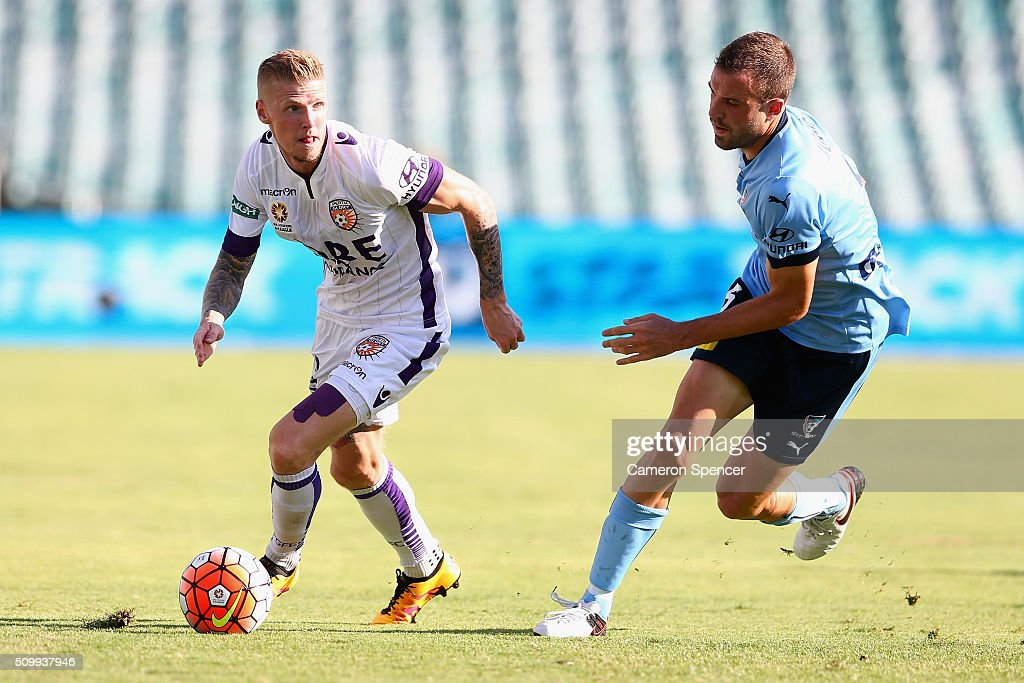 Andrew Keogh of the Glory controls the ball during the round 19 A-League match between Sydney FC and the Perth Glory at Allianz Stadium on February 13, 2016 in Sydney, Australia.