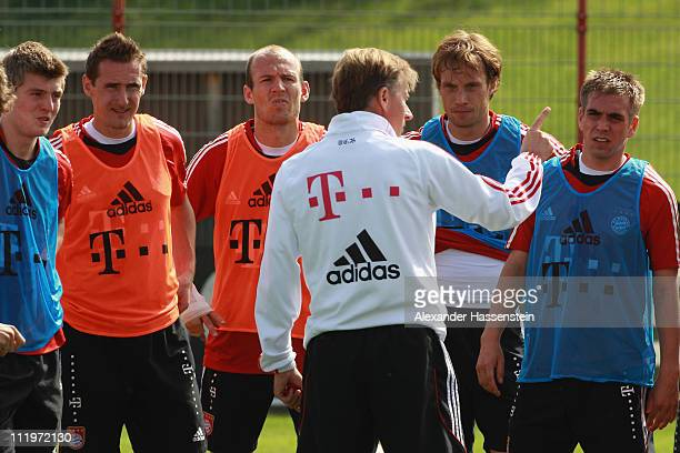 Andries Jonker head coach of Bayern Muenchen talks to his players during the Bayern Muenchen training session at Bayern's training ground 'Saebener...