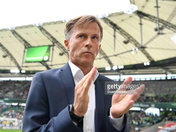 Andries Jonker head coach of Wolfsburg encourages his players during the Bundesliga match between VfL Wolfsburg and Borussia Moenchengladbach at...