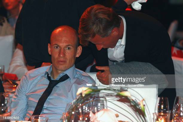 Andries Jonker talks to Arjen Robben during the FC Bayern Muenchen after party at Postpalast on May 20 2012 in Munich Germany Bayern Muenchen lost...