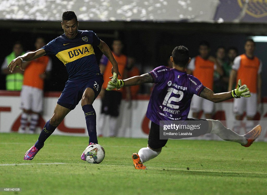 Andrés Chavez of Boca Juniors attempts to score past <a gi-track='captionPersonalityLinkClicked' href=/galleries/search?phrase=Diego+Barreto&family=editorial&specificpeople=2939685 ng-click='$event.stopPropagation()'>Diego Barreto</a> of Cerro Porte–o during a first leg match between Boca Juniors and Cerro Porteñ–o as part of quarter finals of Copa Total Sudamericana 2014 at Alberto J Armando Stadium on October 30, 2014 in Buenos Aires, Argentina.